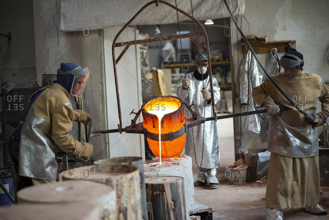 Art foundry- Foundry workers casting