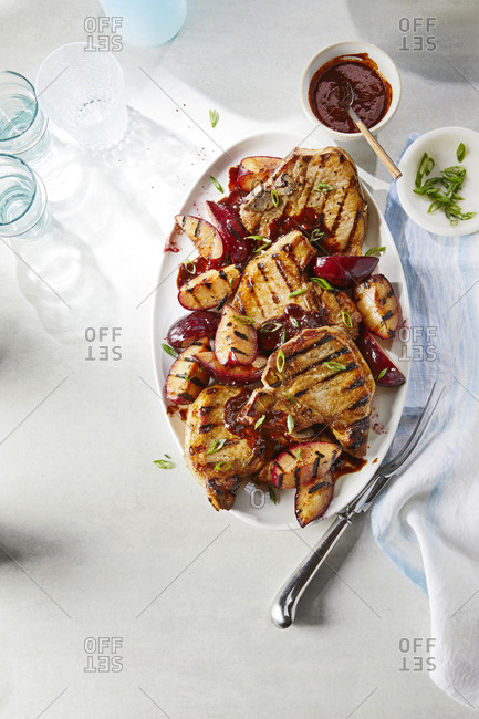 Spicy pork chops with grilled plums