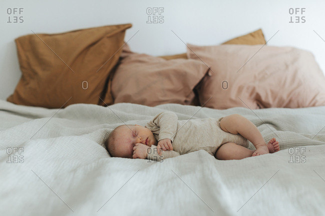 Baby sleeping on bed - Offset