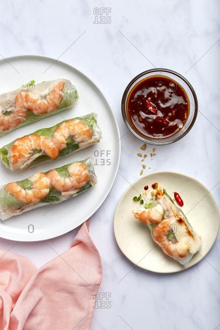 Goi Coun Vietnamese Summer Rolls w/o Chopsticks Vertical