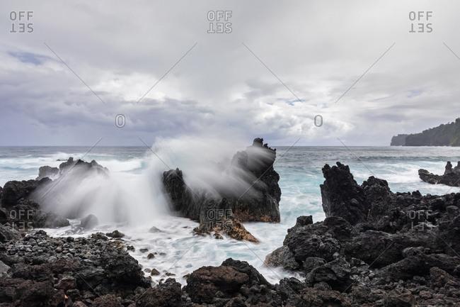 USA- Hawaii- Big Island- Laupahoehoe Beach Park- Surf breaking at the rocky coast
