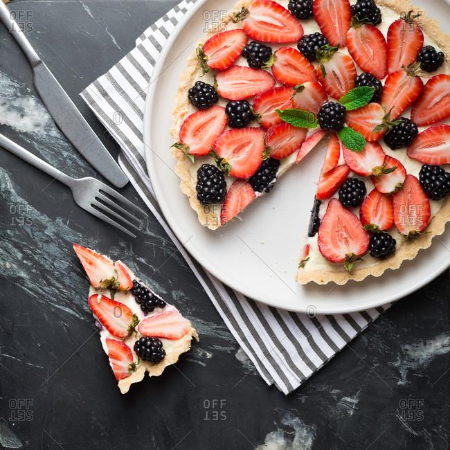 Overhead view of sliced cheesecake tart
