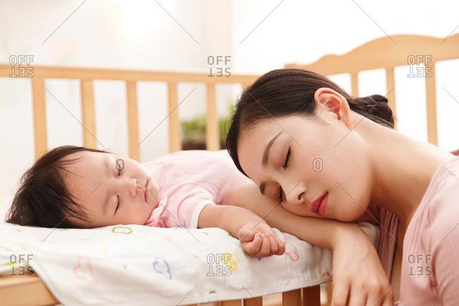 Mother to accompany the baby to sleep