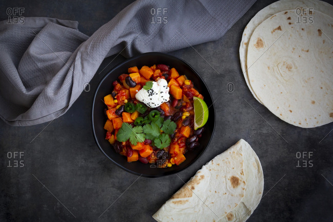 Bowl of Chili sin Carne and flat bread