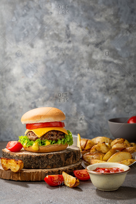 Cheeseburger with potato and red sauce