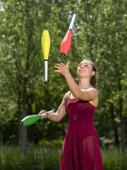 Young woman juggling - Offset Collection