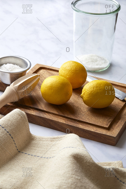 Preparing fresh lemons to be preserved