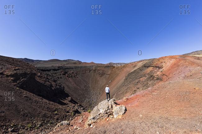 Tourist in front of Crater Kalu'uoka'o'o- Sliding Sands Trail- Haleakala volcano- Haleakala National Park- Maui- Hawaii- USA