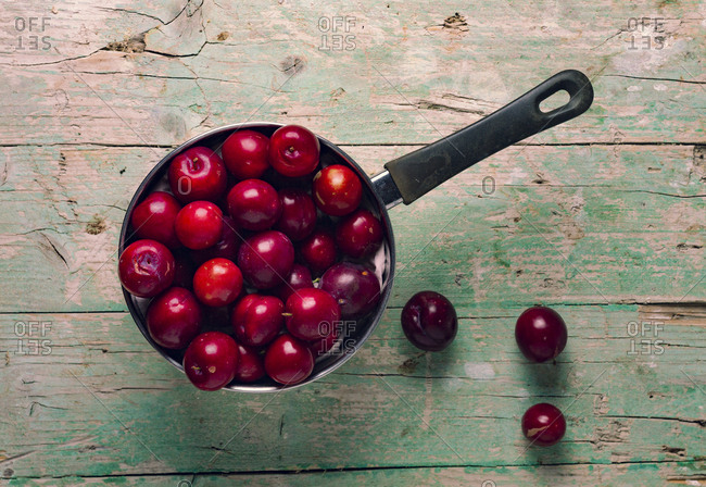 Saucepan with cherries - Offset Collection