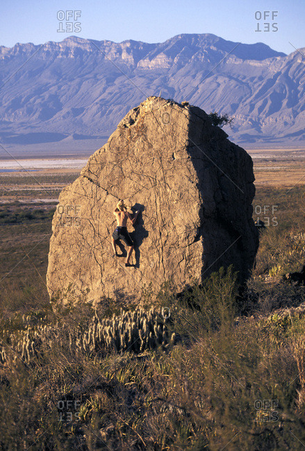 A man bouldering in Cuatro Cicnigas, Mexico.