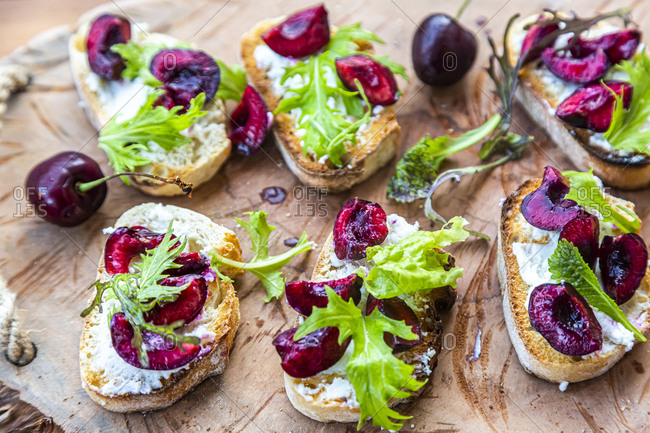 Slices of baguette with goat cheese-