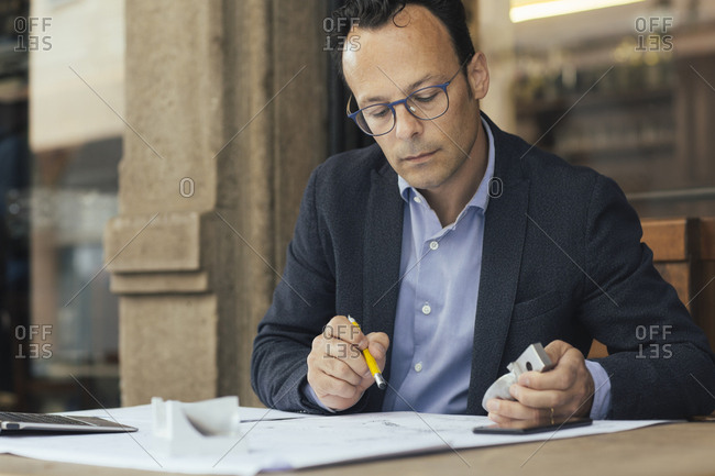 Businessman at work in a coffee shop