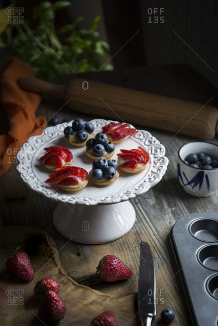 Preparing berry tartlets