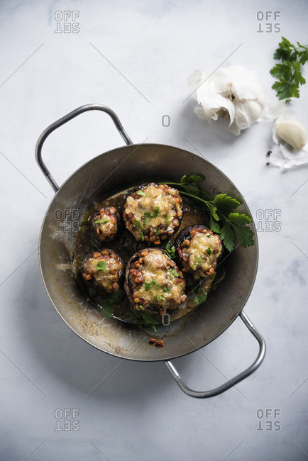 Mushrooms stuffed with lentil chilli, gratinated with substitute cheese (vegan)
