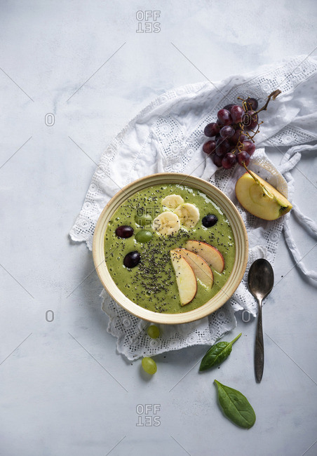 A green smoothie bowl with spinach, grapes, apples, bananas and chia seeds (vegan)