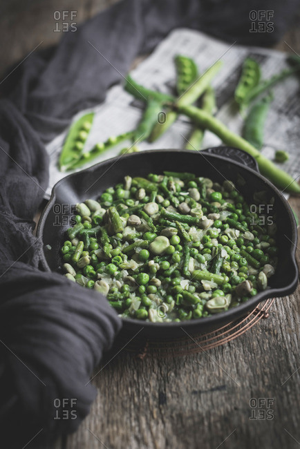 Pan with green peas dish