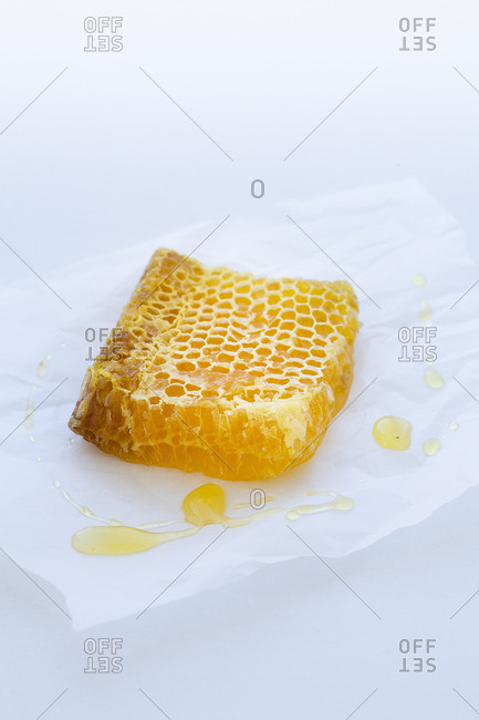 Honeycomb on sandwich paper