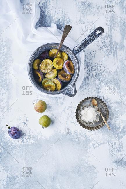 Preparation of plums Bleue de Belgique and Reinde Claude Verte with sugar