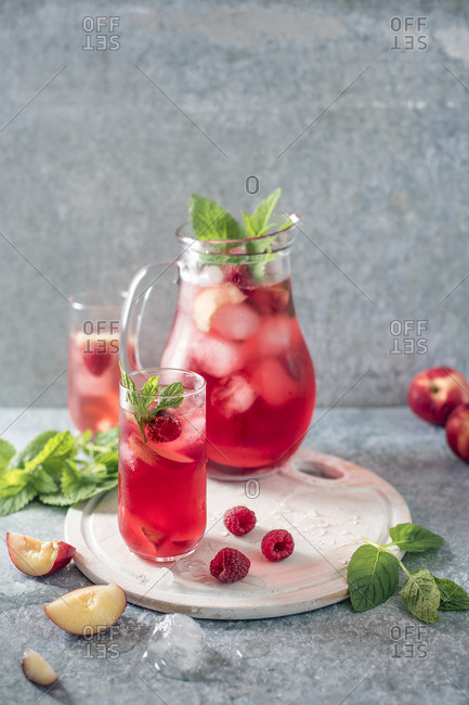 Raspberry and peach iced tea with mint and ice