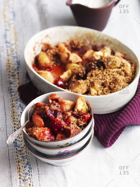 Crumble with pears and berries