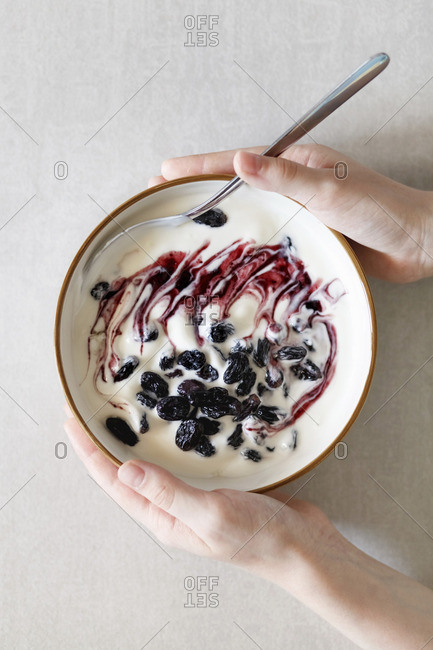 Yoghurt muesli with dried fruit