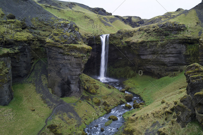 The fall is in the river Verna tracing its origin to the south slopes of Eyjafjallajokull, and the gorge also bears the name Kvernugorge or Kvernugil.