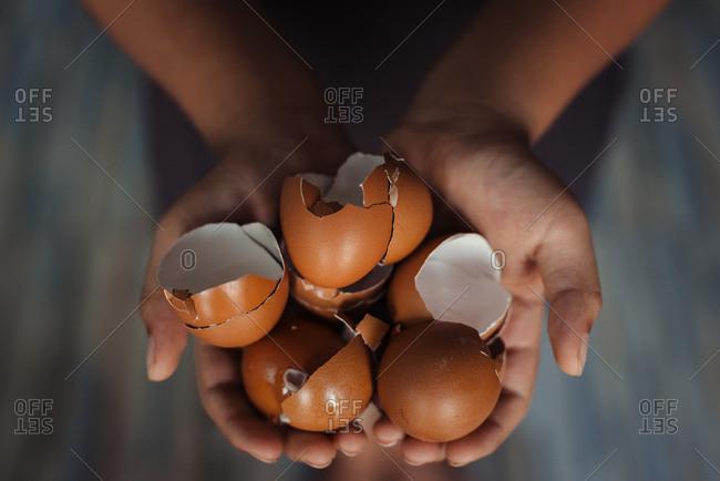Holding eggshell in hand