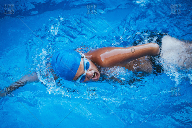 Paralympic young swimmer crawlingin a pool