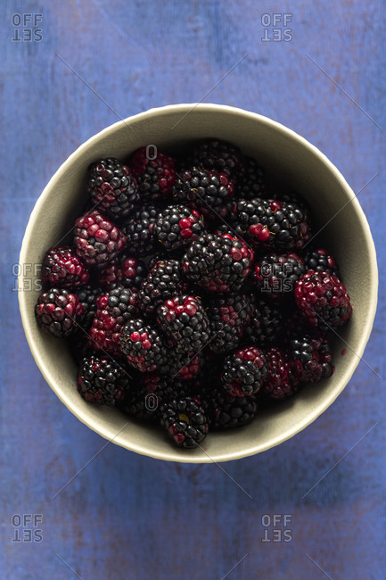Close up of a bowl of fresh blackberries
