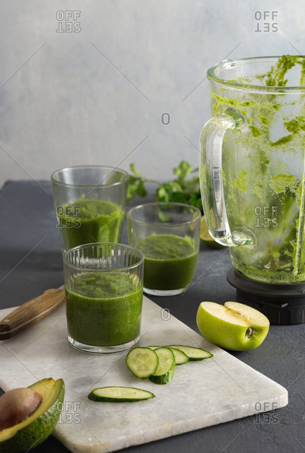 Preparing green detox smoothies