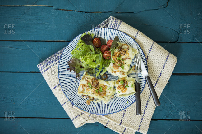 Swabian pockets with roasted onions- cheese and salad