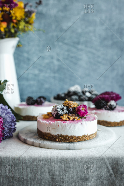 Cheesecake topped with blackberries and flowers