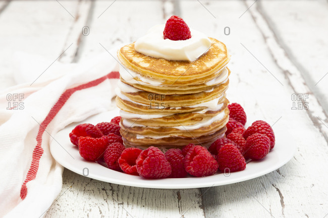 Low-carbohydrate pancakes with yogurt and raspberries