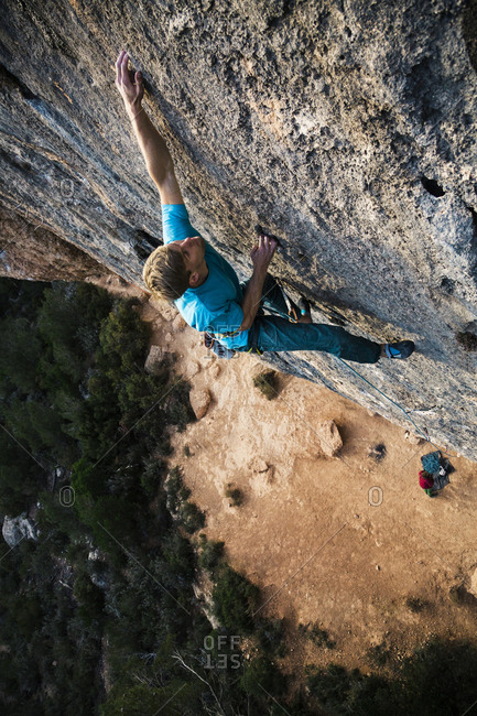 Climber sticks a hold while high off the ground