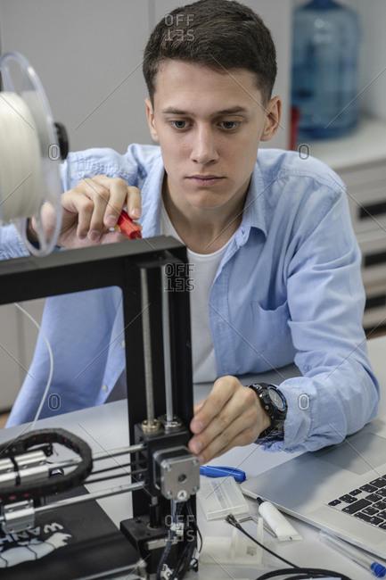 Student setting up 3D printer