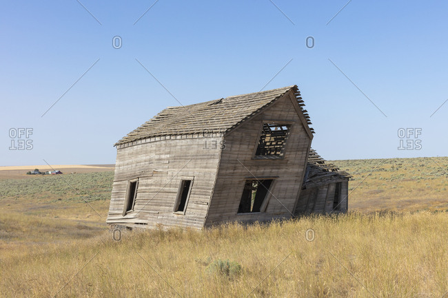Abandoned farmhouse in vast grassland, Whitman County, Palouse, Washington, USA.