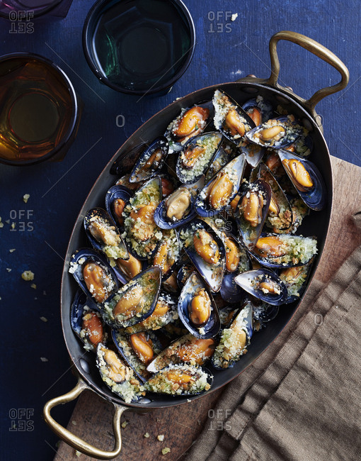 Overhead view of a pan full of cooked mussels