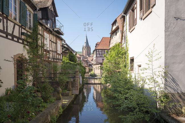 Frankreich, Elsass, Wissembourg, die Lauter mit Blick auf die Kirche St. Peter und Paul