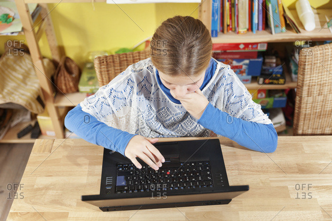 Mdchen, 10 Jahre alt, arbeitet am Laptop