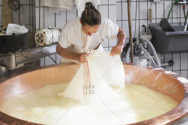 Sennerin verarbeitet frische Milch zu wrzigem Alm-Kse, Reportage: Vom Milch kochen, Lab zufgen bis zum Kselaib, der dann im Keller reifen darf,