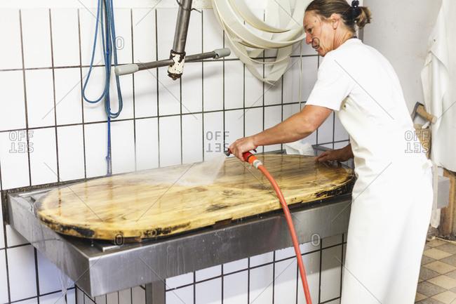 Die Sennerin verarbeitet frische Milch zu wrzigem Alm-Kse,  Reinigung der fr die Kseproduktion bentigen Gegenstnde,