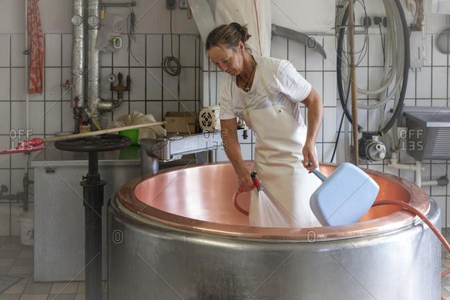Die Sennerin verarbeitet frische Milch zu wrzigem Alm-Kse,  Der Milchkessel wird sorgfltig gereinigt, der Kesseltanz,