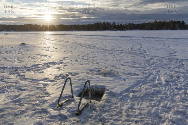 Finnland, Eisloch zum Baden im Winter