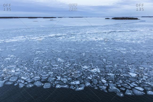 Finnland, Helsinki, Eisschollen auf der Ostsee mit Landschaft