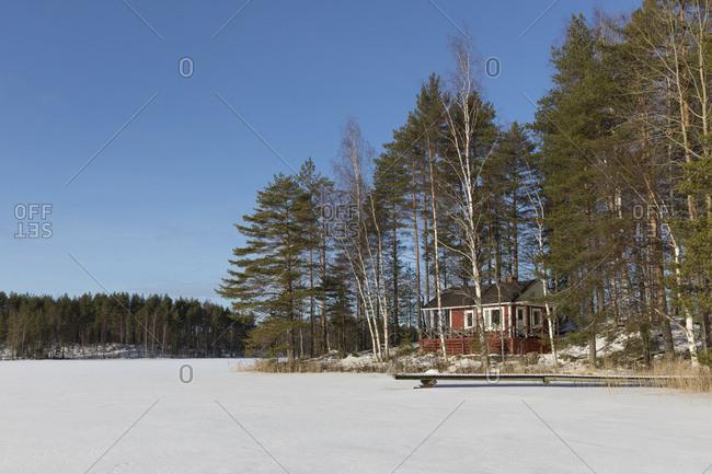 Finnland, Saimaa-Gebiet, Ferienhaus auf Insel im Winter