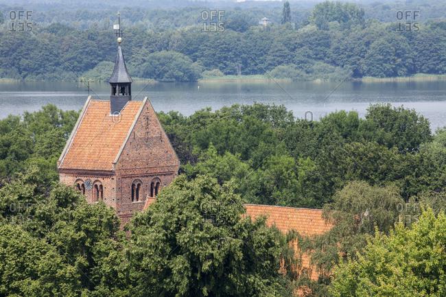 Deutschland, Niedersachsen, Bad Zwischenahn, Sankt-Johannes-Kirche mit Zwischenahner Meer,