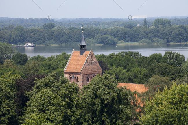Deutschland, Niedersachsen, Bad Zwischenahn, Sankt-Johannes-Kirche mit Zwischenahner Meer