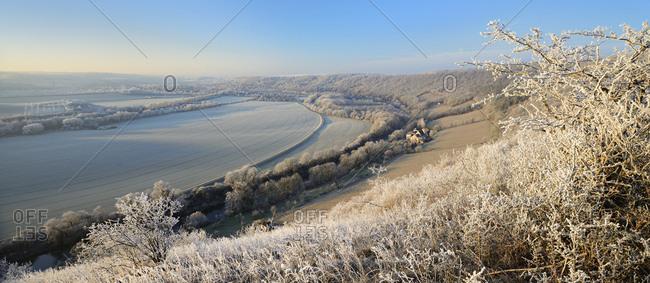 Deutschland, Sachsen-Anhalt, Saale-Unstrut-Region, bei Naumburg, Blick ins Saaletal mit Weinbergen und Weingut im Winter, Landschaft mit Raureif bedeckt