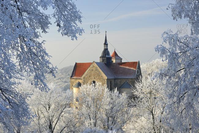 Deutschland, Sachsen-Anhalt, Burgenlandkreis, Goseck, Saaletal, Schloss Goseck im Winter, Bume mit Raureif bedeckt