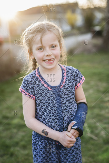 Girl with plastered arm - Offset
